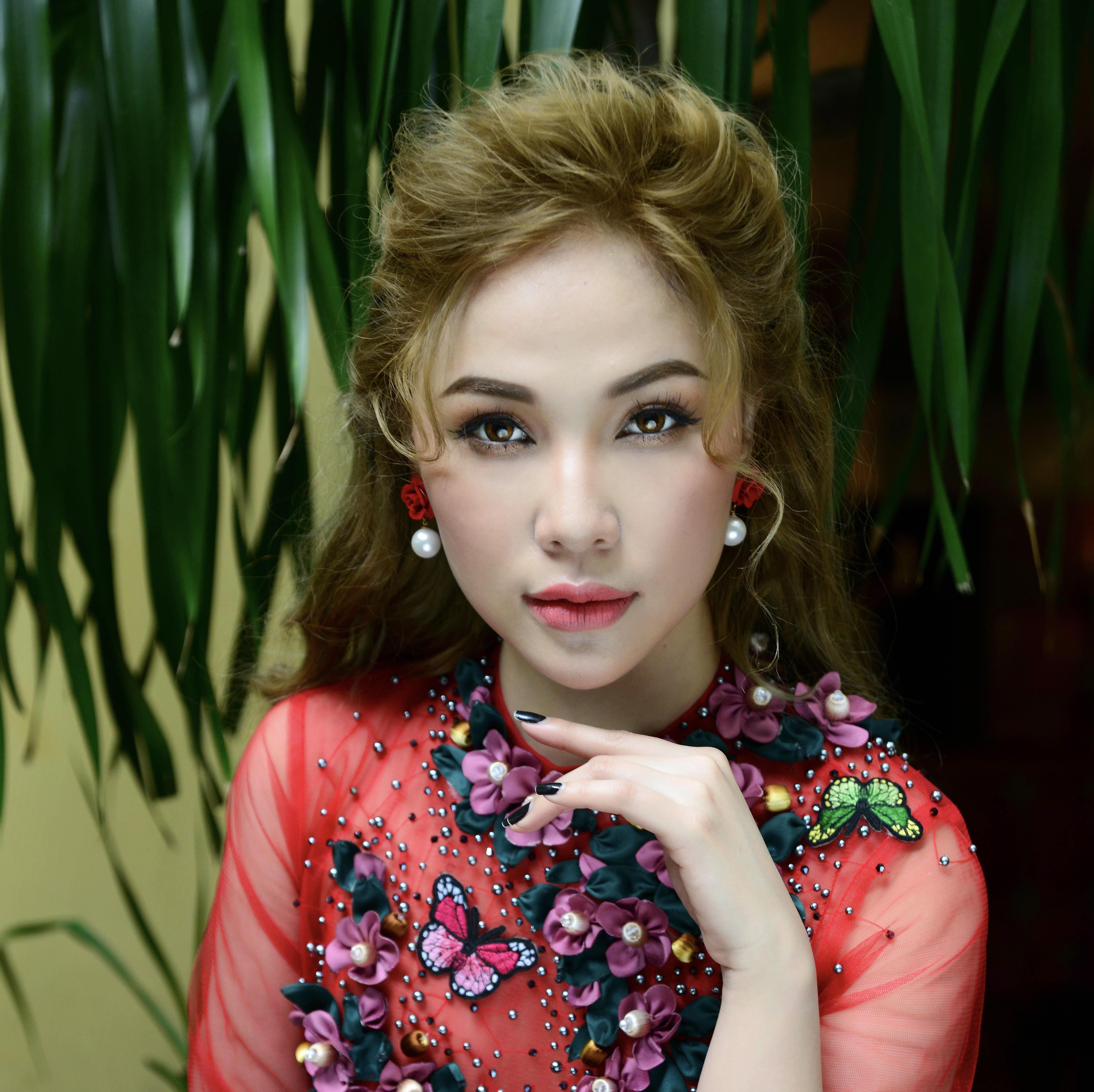 Quỳnh Thư kín đáo diện áo dài Minh Châu