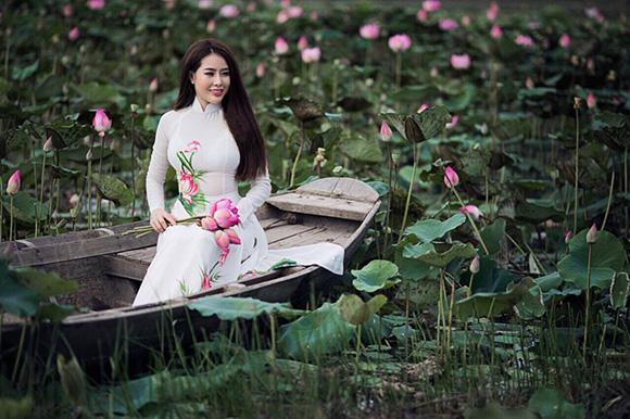 Tina Nguyễn tạo dáng giữa đầm sen
