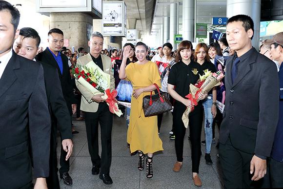 Dàn vệ sĩ và siêu xe Limousine đón hoa hậu Phan Thị Ngọc Nga gây náo loạn sân bay