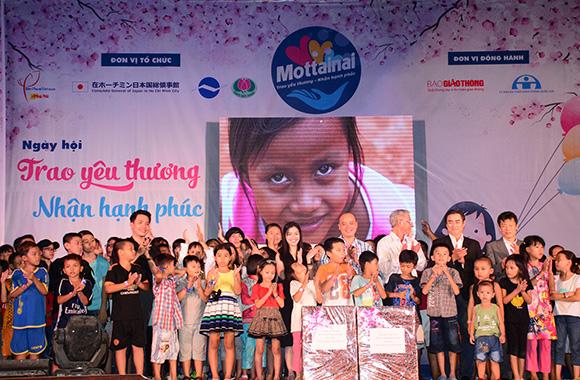 200 em nhỏ ở các nhà mở, làng trẻ tại TPHCM nhận quà từ Chương trình Mottainai 2017