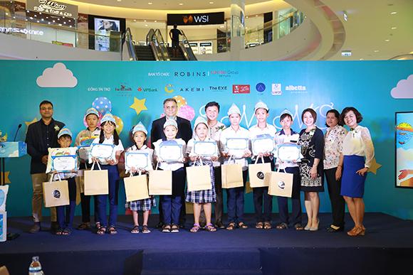 """Trung tâm mua sắm Robins trao học bổng cho các em nghèo, giúp các em được đến trường với dự án """"Em Mơ"""""""