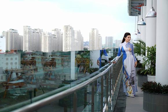 Người đẹp biển Ninh Hoàng Ngân diện 20 bộ áo dài  mừng trường tròn 20 năm tuổi