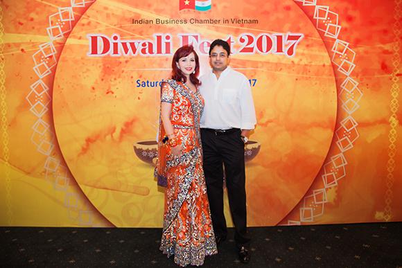 Hoa hậu Diệu Hoa được chồng và con trai út tháp tùng đi sự kiện Lễ hội Diwali (Lễ hội ánh sáng)