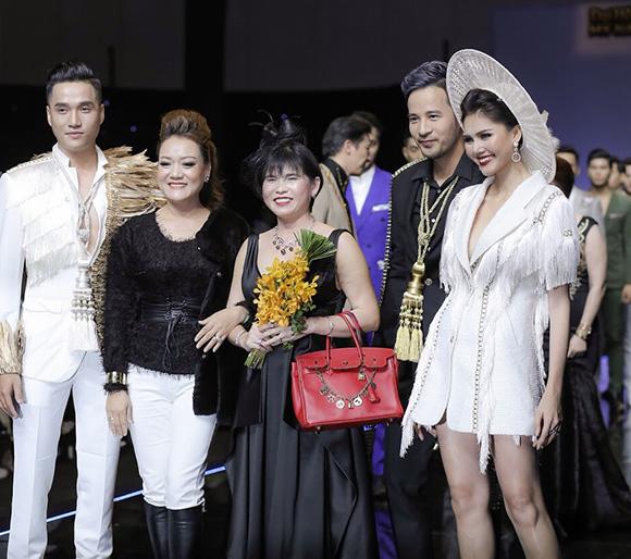 """Doanh nhân Phạm Hường người mẫu """" bất đắc dĩ"""" trong show thời trang của em gái NTK Oanh Phan"""