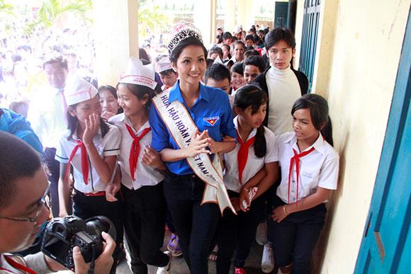 Hoa hậu Hoàn vũ H'Hen Niê đã về thăm nơi tân Hoa hậu từng học tập