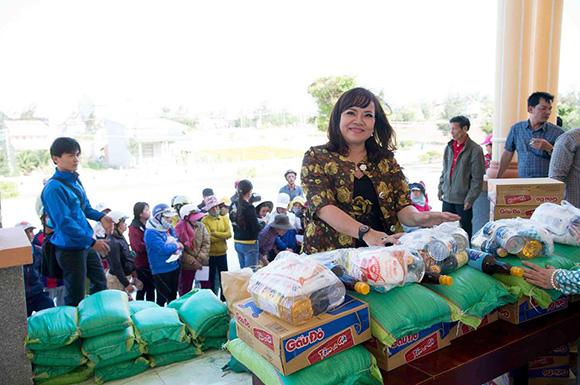 Á khôi Hồ Thanh Hương trao tặng hàng trăm phần quà cho bà con nghèo trên quê hương mình