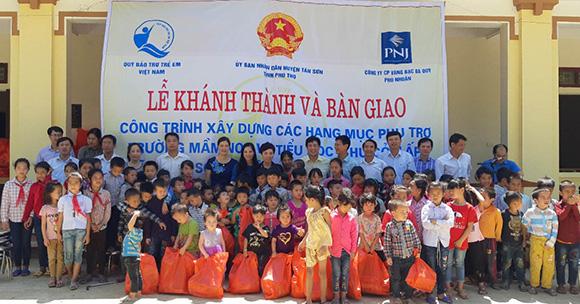 Quỹ từ thiện PNJ tài trợ gần 600 triệu đồng cho trường Xuân Sơn - Phú Thọ