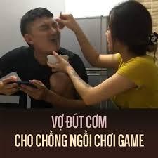 Bức xúc: Vợ đút cơm cho chồng ngồi chơi game