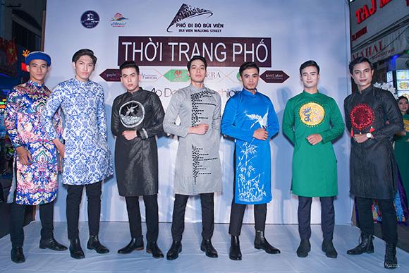 Dàn mẫu Việt khoe sắc trong tà áo dài Doãng Huy trên phố đi bộ