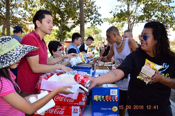 Đoàn thiện nguyện của Minh Chánh trao quà cho người vô gia cư tại Mỹ