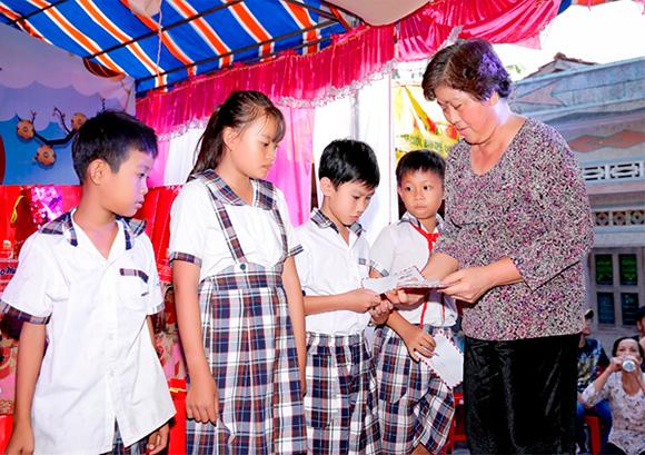 Bác sĩ Võ Thành Trung tiếp tục về Bến Tre trao quà từ thiện.
