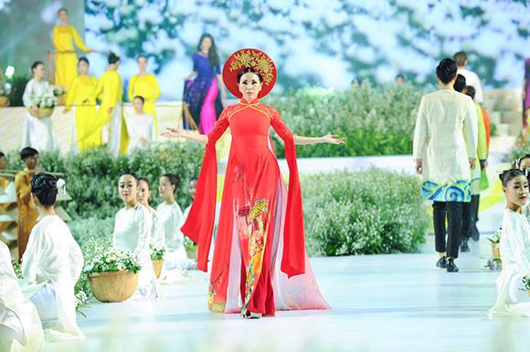 Hoa hậu Châu Ngọc Bích làm 'nàng thơ' của NTK Ngô Nhật Huy