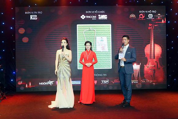Á Hậu Helen Trang duyên dáng trong bộ áo dài thu hút ánh nhìn trong đêm nhạc Những ngọn nến yêu thương.