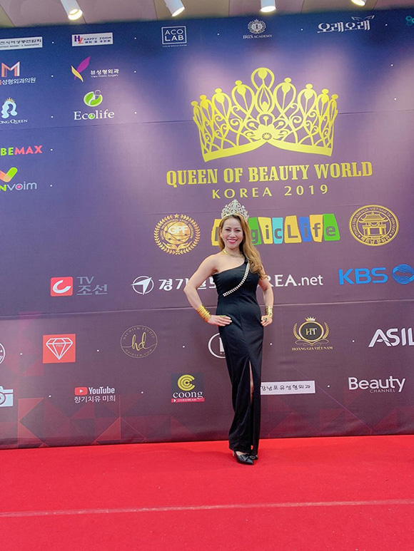 Vừa xuất hiện thảm đỏ tại Hàn Quốc, hoa hậu Thanh Thúy được bạn bè bủa vây.