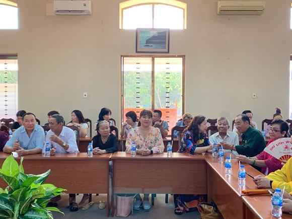 Tập thể cán bộ Cty CP du lịch và đầu tư BĐS Đồng Đội Phú Quốc tặng quà cho gia đình chính sách