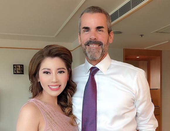 Hoa hậu Nhàn Trần bất ngờ khoe bạn trai ngoại quốc điển trai trong dịp về thăm quê hương.