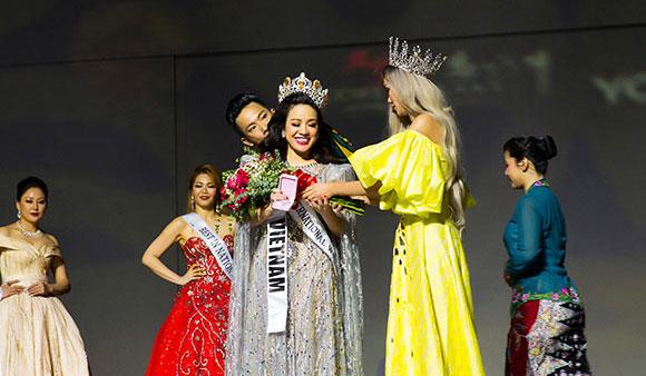 Người đẹp Vivan đoạt danh hiệu Hoa hậu quốc tế và dành cú đúp Người đẹp nụ cười khả ái.