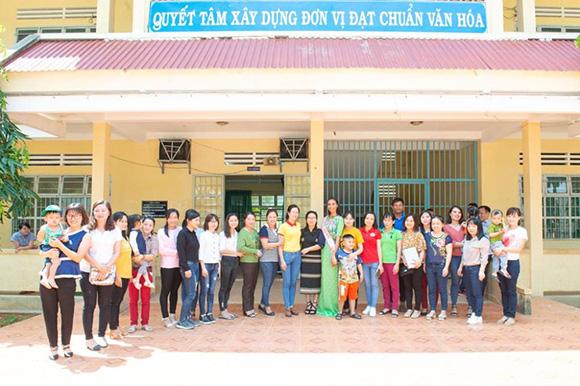 NTK Việt Hùng và người đẹp H' Ăng Niê dành tặng áo dài cho các cô giáo trường THCS Liêng Trang