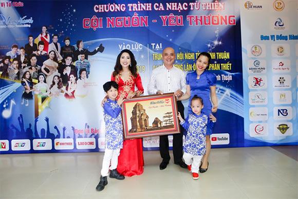 Nghệ sỹ Việt kết nối yêu thương thành công trong chương trình từ thiện  tại Bình Thuận