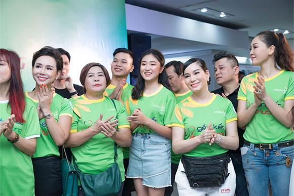 Đại sứ áo dài VN Trương An Xinh, Bảo Nguyên mang yêu thương cho trẻ em nhà mở, mái ấm