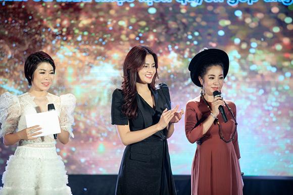 Siêu mẫu Vũ Thu Phương mua áo dài NTK Việt Hùng giúp trẻ em nghèo vùng cao