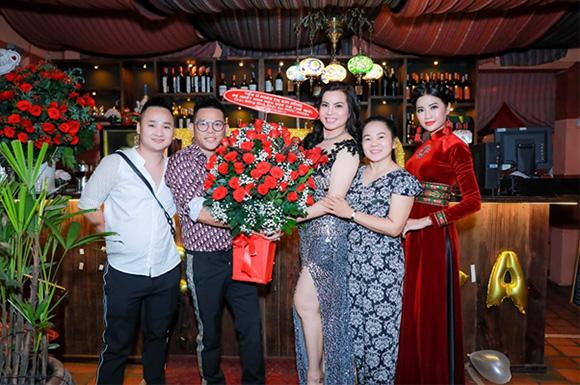 Cựu hoa hậu quý bà Kim Hồng từ Mỹ bay về chúc mừng sinh nhật Phúc Nghĩa