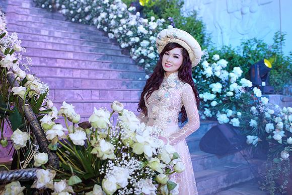 Diện mốt áo dài trăm triệu, ca sĩ Kavie Trần thể hiện đẳng cấp quý cô sang chảnh.