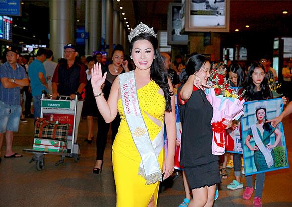 Hoa hậu Christine Thúy Hằng ngập tràn cảm xúc với hoa tươi và lời chúc khi vừa đến sân bay