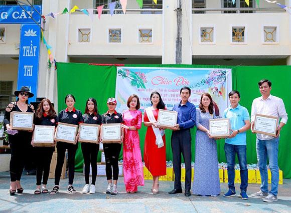 Hoa hậu Christine Thúy Hằng, nghẹn ngào trước sự nghèo khó của các em học sinh nghèo Bình Phước