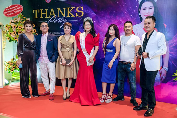 Dàn ca sĩ ca hát tưng bừng chúc mừng đăng quang Hoa hậu Christine Thúy Hằng