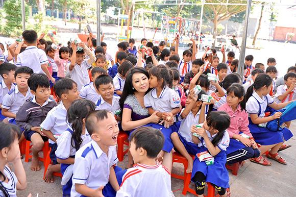 Hoa hậu Chiristine Thúy Hằng dành tình cảm đặc biệt cho học sinh nghèo Xã Quang Mình- Chơn Thành