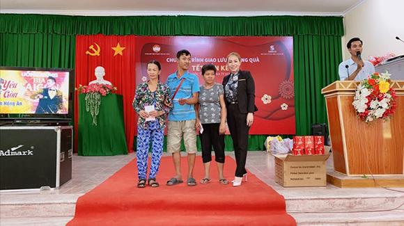 Hoa hậu Nguyễn Thị Thanh Thúy cùng cô bạn thân trao tặng 1000 phần quà cho bà con nghèo Sóc Trăng đón Tết