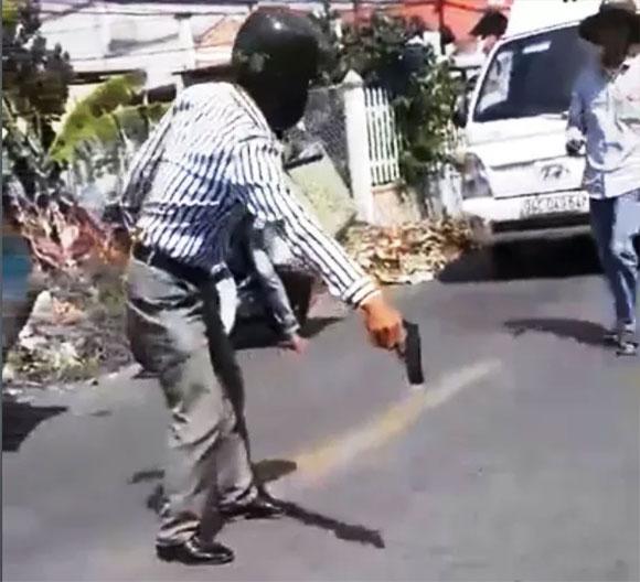 Xôn xao clip thợ hồ cầm súng nhựa dọa tài xế xe tải sau va chạm giao thông