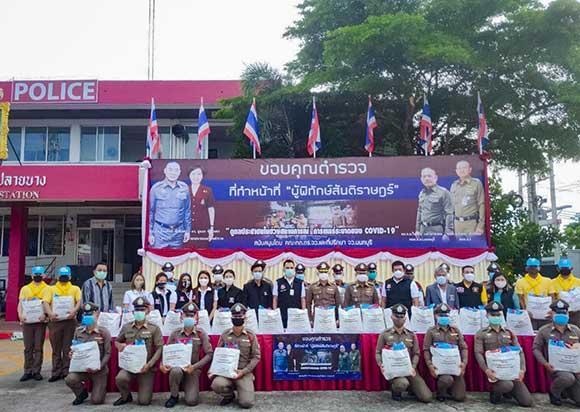 Doanh nhân Xuân Nguyễn tặng quà cho cảnh sát Thái Lan động viên tinh thần sau mùa dịch Covid