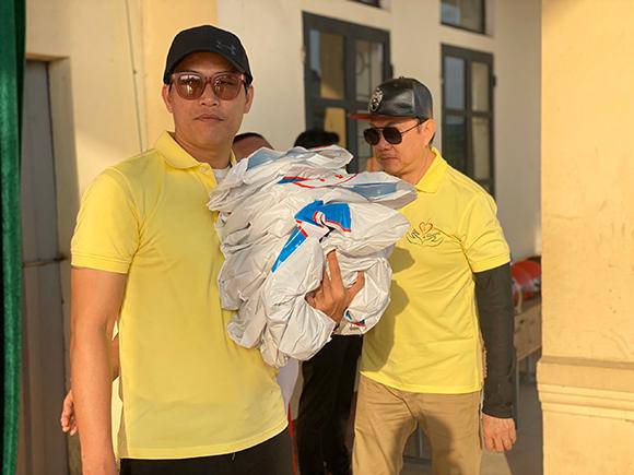 Chí Tài cùng Quách Beem vừa trao quà cho học sinh tại Quảng Bình thì gió bão bắt đầu nổi lên