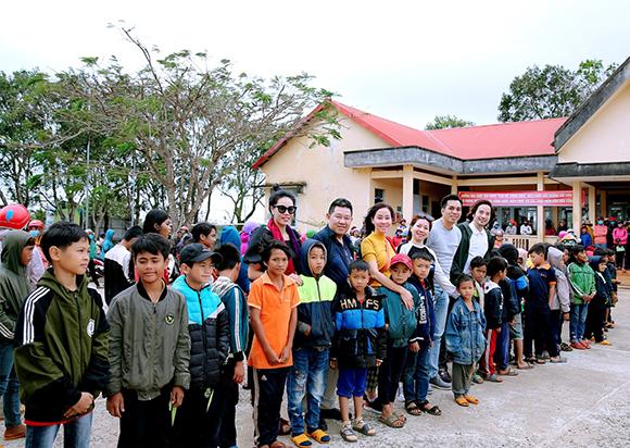 Chương trình Trái tim nhân ái của tạp chí Nghề Nghiệp và Cuộc sống về tỉnh Đắk Nông trao quà